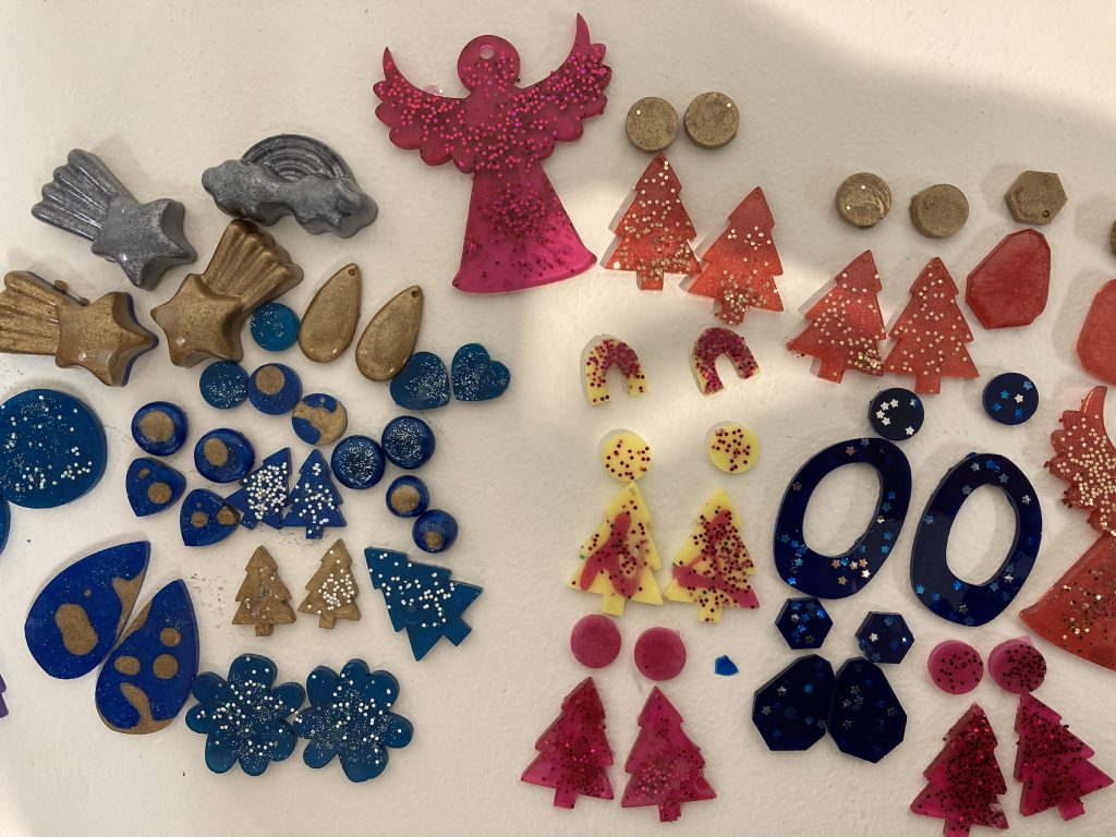 First responder families' creative juices flow in resin jewellery workshop
